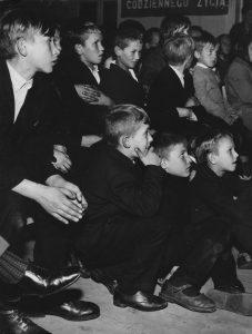 Na zdjęciu: dziecko-szkoła-teatr – jak uchronić ten dziecięcy zachwyt dla teatru? Fot. Archiwum SCENY.