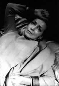 """Na zdjęciu Irena Jun w spektaklu """"Yourcenar"""", reż. Ewa Bułhak (1997). Fot. Tomasz Zakrzewski."""