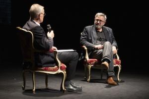 Jerzy Radziwiłowicz w rozmowie z Lechem Śliwonikiem – Teatr Polski w Warszawie. Fot. Krzysztof Buczek.